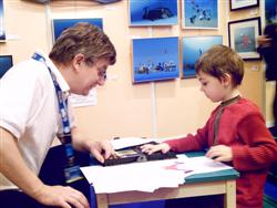 Pascal Lecocq drawing with a young contestant at the Paris Dive show 2007, with publishing parents authorization